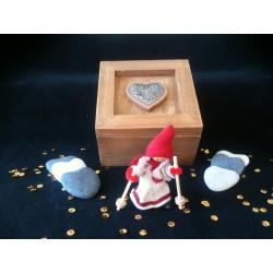 Boite en bois carrée avec un cœur
